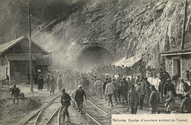 Une équipe d'ouvriers sort du Tunnel du Mont d'Or